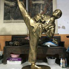 跆拳道卡通人物雕塑玻璃钢彩绘跆拳道公仔树脂空手道跆拳道表演雕塑